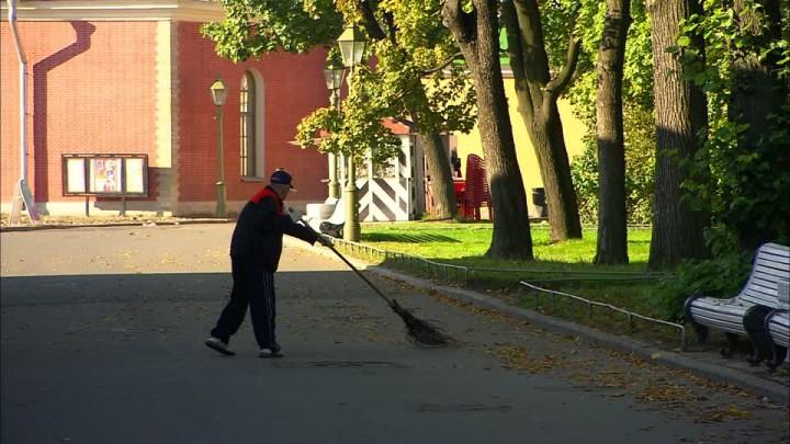 557681654-pulizia-delle-strade-spazzare-panchina-nel-parco-san-pietroburgo-russia